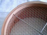 「金網」の大栄金網工業株式会社。「用途に合わせて金網の種類を選べる・オーダーメイド篩(ふるい)」拡大・下部からのサンプル画像です。