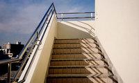 「金網」の大栄金網工業株式会社。「ステンレス製・外階段手摺(テスリ)」のサンプル画像です。